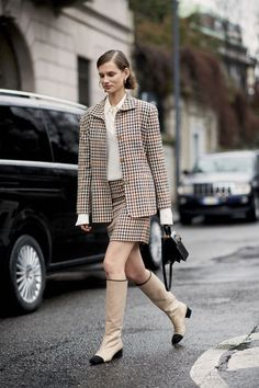 The Best Street Style Looks From Milan Fashion Week Fall 2018 - Fashionista Street Style 2018, Milan Fashion Week Street Style, Autumn Street Style, Cool Street Fashion, Street Style Looks, Street Styles, White Jacket Outfit, Blazer Outfits Casual, Blazer Outfits For Women