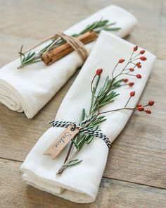 Sublimate your dinner with ease by decorating your table with flowers. Not a huge bouquet but, on the contrary, small strands and ram . Wedding Decorations, Christmas Decorations, Table Decorations, Christmas Wedding, Christmas Time, Wedding Table, Wedding Day, Wedding Things, Wedding Reception
