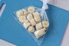 Man kan fryse bananer så de kan holde længere. De frosne bananer er helt perfekte i masser af opskrifter. Find guiden her. Banana Madura, Frozen Fruit, Freezer, Smoothies, Icing, Yummy Food, Cheese, Chocolate, Breakfast