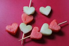 Valentine's Day doesn't have to be another sugar and fake food dye fest especially when you have children. Be creative and rely on some of these great snacks Valentines Day Food, Valentine Treats, Valentine Party, Class Snacks, Holiday Snacks, Fruit Kabobs, Kebabs, Food Allergies, Kids Meals