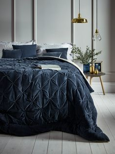 Velvet sofas have taken over the nation's living areas, and now it's time for the velvet bed. Nothing says bedroom luxury more than a plush velvet upholstered bed. Here's what to look for when choosing a velvet bed for your bedroom. Velvet Bedspread, Velvet Quilt, Navy Blue Bedding, Floral Bedding, Luxury Bedspreads, Luxury Bedding, Beach Bedding, Modern Bedding, Decoration Home