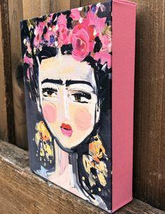 «Fine Frida» impression sur toile enveloppée, côtés sont rose et 1 1/4 profondeur différentes tailles Le filigrane n'apparaîtra pas sur votre impression. Impression sur toile a 1 1/4 les côtés qui sont même rose que fleurs, cintres dans le dos et magnifiquement fini avec