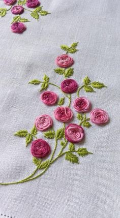 how to do brazilian embroidery stitches Hand Embroidery Patterns Flowers, Hand Embroidery Videos, Embroidery Works, Creative Embroidery, Simple Embroidery, Silk Ribbon Embroidery, Hand Embroidery Designs, Embroidery Techniques, Embroidery Kits