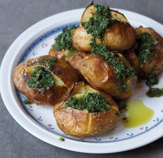 Rezept für Ofenkartoffeln mit Salsa verde bei Essen und Trinken. Und weitere Rezepte in den Kategorien Gewürze, Kartoffeln, Kräuter, Vorspeise, Hauptspeise, Beilage, Backen, Grillen, Einfach, Vegetarisch, Vegan.