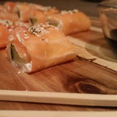 Gisteravond lekkere kha zalm sushi gemaakt. Simpel en zooo lekker. Zalm besmeren met roomkaas, reepje komkommer erin, oprollen, wat sesamzaad & dille erop. Beetje kikoman sojasaus erbij serveren  #zalm #sushi #kikoman #koolhydraatarm #lowcarb #lowcarblifestyle #healthy #dieet #afvallen #snack