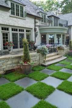 Creative backyard landscaping… a checkerboard terrace steps down to a formal English garden style lawn that echoes the checkerboard theme.  (via Murphy & Co. Design)