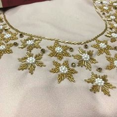 Gnader perlage Zardozi Embroidery, Embroidery On Kurtis, Kurti Embroidery Design, Hand Embroidery Videos, Hand Work Embroidery, Simple Embroidery, Embroidery Fashion, Beaded Embroidery, Bead Embroidery Tutorial