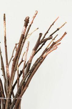 Die herbstliche Farbe Kupfer eignet sich zum Dekorieren von Zweigen