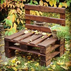 Bench in pallet - 51 DIY projects for a green and charming decor Pallet Garden Furniture, Pallet Chair, Reclaimed Wood Furniture, Pallets Garden, Diy Chair, Repurposed Furniture, Pallet Benches, Garden Benches, Pallet Crafts
