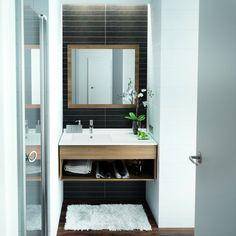 Si vous disposez de seulement 2 m, vous allez vraisemblablement devoir composer avec un fléau au quotidien : les projections d'eau ! Pour vous faciliter la vie, adoptez des rangements adaptés. Règle numéro un : exploiter la hauteur sous plafond ! Misez sur un meuble haut, voire sur une colonne étroite en complément. Bien sûr, on exploite aussi l'espace sous le lavabo, en y glissant un meuble de rangement. Pensez aux accessoires pratiques. Les paniers pour accueillir vos produits de beauté…