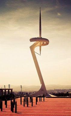 """La """"Torre de telecomunicaciones de Montjuïc"""" costruita da #Calatrava tra il 1989 e il 1992. In acciaio e alta 136 metri, non si basa su un tronco verticale ma ha un disegno innovatore che ricorda uno sportivo che regge la fiamma olimpica. Il grande risultato di Calatrava fu quello di creare un'opera simbolo tanto che l'immagine della torre, a partire dal 2006, è il trofeo che viene consegnato al vincitore del Gran Premio di Spagna di Formula uno. Seguiteci su: www.momentoingegneria.com"""