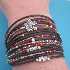 Envuelva boho brazalete, pulsera, pulsera de cuero marrón interminable Wrap con detalles en plata y perlas de vidrio del arco iris