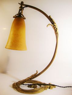 """Daum - Art Nouveau tafellamp  Art Nouveau tafellamp Daum Nancy France.Circa-1920.Schaduw gemaakt van gele overlay glas met oranje poeder spikkels. De schaduw heeft aangemeld""""Daum Nancy""""Kruis van Lorraine.Height:46cm/185""""Diameter van de schaduw: 11 cm / 433"""".Base vervaardigd uit verguld messing. Nieuwere bedrading. Aansluiting voor Franse lampen.Schaduw zonder chips of scheuren. Uitstekende voorwaarde geen schade.  EUR 350.00  Meer informatie"""