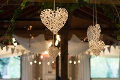 A vessző szívek nagyon légies hatást keltenek  plafon dekorációként a vintage esküvőkön is. Chandelier, Ceiling Lights, Lighting, Vintage, Home Decor, Candelabra, Decoration Home, Room Decor, Chandeliers