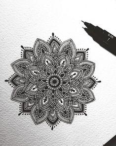 40 illustrated mandala drawing ideas and inspiration. Learn how you can draw mandalas step by step. Mandala Sketch, Mandala Doodle, Mandala Art Lesson, Mandala Artwork, Mandala Tattoo Design, Mandala Painting, Henna Mandala, Doodle Art Drawing, Mandalas Drawing
