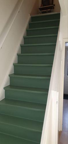 Mooie trap met oud groen en strakke witte contrasten Diys, Stairs, Diy Crafts, Home Decor, Bricolage, Stairway, Do It Yourself, Staircases, Diy Home Crafts
