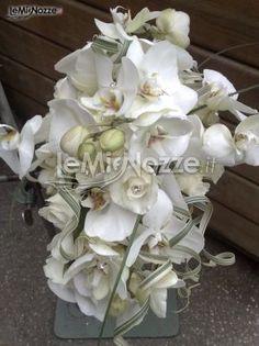 http://www.lemienozze.it/operatori-matrimonio/fiori_e_addobbi/il_giardino_fiorito/media/foto/19  Fiori per il matrimonio bianchi con alcuni brillantini