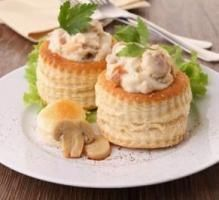 Mushroom Vol-Au-Vents Recipe - Vol au vent cases topped with creamy seasoned mushrooms, sprinkled with a hint of chive leaves. Vol Au Vent, Tapas, Nibbles For Party, Stuffed Mushrooms, Stuffed Peppers, Christmas Lunch, Fish Dishes, Queso, Chicken Recipes