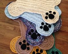 CROCHET PATTERN ONLY for a dog bone floor place mat; Includes written directions in US terms. All sizes of hats and clothing are based on standard sizing charts. Standard size easily accommodates 2 small or medium food/water bowls Larger Chat Crochet, Crochet Gratis, Crochet Home, Free Crochet, Dog Crochet, Crochet Dog Clothes, Basic Crochet Stitches, Crochet Basics, Knitting Patterns