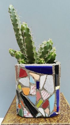 Lata con mosaicos. Ricardo Stefani Flower Pots, Flowers, Mosaic Projects, Stained Glass, Planter Pots, Mosaics, Tile, Workshop, Tin Cans