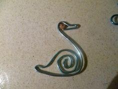 cisne de alambre para colgante con una pedra del mal de cap formendo el ojo