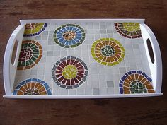 Tray with colorful circles on a white and gray background Mosaic Tray, Mosaic Glass, Mosaic Tables, Stained Glass, Glass Art, Mosaic Crafts, Mosaic Projects, Mosaic Ideas, Kitchen Tray