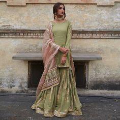 Desi Wedding Dresses, Party Wear Indian Dresses, Designer Party Wear Dresses, Dress Indian Style, Indian Fashion Dresses, Indian Designer Outfits, Indian Outfits, Indian Wear, Beautiful Pakistani Dresses