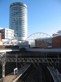 De stad biedt na West End in Londen de beste gelegenheid van het land om inkopen te doen. Het ooit door reusachtige grauwe industriecomplexen gedomineerde stadsbeeld is in de laatste jaren aanzienlijk opgeknapt. Bullring is het nieuwe, moderne winkel- en kantorengebied niet ver van New Street Station.