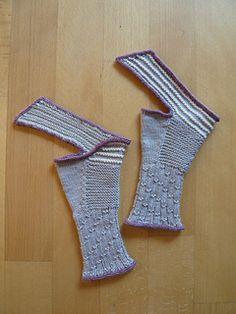Wharariki Beach Mitts Knitting pattern by Sabine Kastner Fingerless Gloves Knitted, Knit Mittens, Wrist Warmers, Hand Warmers, Knitting Patterns, Crochet Patterns, Pulls, Ravelry, Knit Crochet