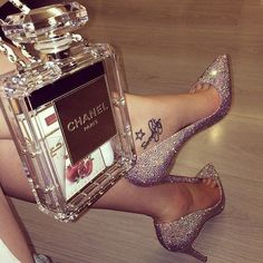 Chanel Perfume bag I so want this ♥ Chanel Paris, Coco Chanel, Parfum Chic, Boujee Aesthetic, Luxury Life, Shoe Game, Girly Things, Me Too Shoes, Purses And Bags