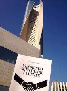 """Aquí le tenemos junto a la torre esculpida más alta del mundo, en Kuwait! es la Al Hamra Tower que tiene una altura de 412m (80 plantas) y 195.000m²! Curiosamente construida por americanos, que como sabemos son """"vendedores de altura"""" ! :-)"""