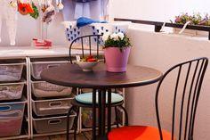În aerul proaspăt al rufelor abia spălate, ȋți poți lua un răgaz la soare pentru o mică gustare. Creează-ți locul tău ideal ȋn balcon, cu masa și scaunele LACKO pentru exterior. Outdoor Tables, Outdoor Decor, Ikea, Exterior, Outdoor Furniture, Home Decor, Homemade Home Decor, Ikea Ikea, Outdoor Spaces