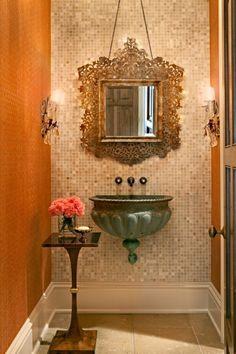O espelho e a pia em formato de fonte dão charme e nostalgia ao ambiente.