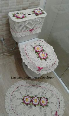 Discover recipes, home ideas, style inspiration and other ideas to try. Crochet Granny, Crochet Motif, Crochet Doilies, Knit Crochet, Crochet Flower Patterns, Crochet Stitches Patterns, Yarn Crafts, Diy And Crafts, Crochet Curtains