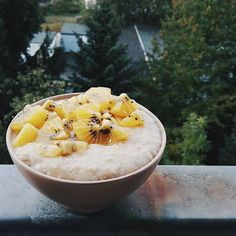 It's dark, and cold, and raining so much today, but I'm feeling so warm and positive💛I'm sure it has to do with my new soft-like-a-million-clouds socks and the fact that I'm having my first lemon #oatmeal in ages! If you know me for a while, you'll know I'm obsessed with lemon oatmeal with kiwifruit, and that I eat this absolutely every morning during winter😂it's incredibly delicious and a vitamin bomb, my favorite oatmeal flavor of all! Plus kiwifruits are sweet and really cheap during…
