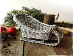 Купить или заказать Саночки с подарками игрушечные. Миниатюра в интернет-магазине на Ярмарке Мастеров. Маленькие плетеные саночки для подарочка. Плетение из бумаги - легкое, прочное, не боится влаги. Маленькие саночки пригодятся для оформления новогоднего интерьера, как упаковка для памятного подарка, - вариантов множество. А ваш малыш будет рад, если саночки привезут для него сладостей от самого Деда Мороза! Сплету любого цвета с удовольствием:) Использованы только безопасные материалы.