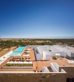 Ecork Hotel in Evora, Portugal by José Carlos Cruz Hotels In Portugal, Outdoor Landscaping, Outdoor Pool, Glamping, Vila Medieval, White Building, Suites, Beautiful Space, Countryside