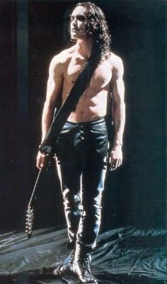 "Brandon Lee as Eric Draven in ""The Crow"" Lee was tragically killed during the film shoot. Rewrites and special effects were used to complete his scenes and the film was released to critical and commercial success. Brandon Lee, Bruce Lee, The Crow, Crow Movie, Movie Tv, Crow Photos, Estilo Rock, Stairway To Heaven, Raining Men"