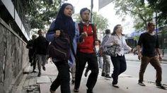 Sejumlah pekerja saat dievakuasi dari kantor mereka di kawasan bisnis Thamrin di Jakarta (14/1/2015). Beberapa ledakan dan suara senjata api terjadi di pusat ibukota Indonesia, Polisi mencurigai seorang melakukan aksi bom bunuh diri. (REUTERS/Beawiharta)