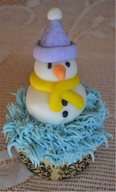 Snowman cupcake Snowman Cupcakes, Christmas Ornaments, Holiday Decor, Home Decor, Homemade Home Decor, Christmas Jewelry, Christmas Ornament, Interior Design, Christmas Baubles