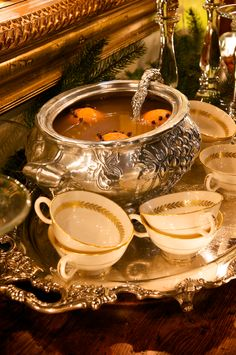 For centuries, Wassail punch was served in England from Christmas Eve till the T. - For centuries, Wassail punch was served in England from Christmas Eve till the Twelfth Night. Holiday Punch, Christmas Punch, Christmas Drinks, Christmas Carol, Christmas Holidays, Christmas Recipes, Elegant Christmas, Christmas Concert, Christmas Tablescapes