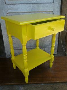 Mesa de cabeceira após restauração pintada com laca automotiva e acabamento cpm verniz PU. # amarelo #criadomudo