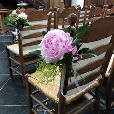 Stoelbloemen, in vaasjes of gewoon lekker natural als veldbloemen vast gestrikt met een lintje, zijn super leuk om de stoelen van de gasten voor de trouwceremonie mee te decoreren. In overleg met jullie en de locatie kunnen wij ze voor jullie aan de stoelen vast maken. Mason Jars, Table Decorations, Furniture, Home Decor, Decoration Home, Room Decor, Mason Jar, Home Furnishings, Home Interior Design