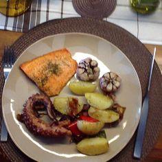 Polvo, salmão, alho, batatinhas, cebola roxa e pimentões. Tudo no forno!