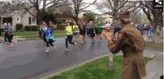 Un veterano recibiendo muestras de respeto durante una maratón: | 32 fotos que cambiarán la forma en la que ves el mundo