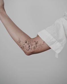 200 images of female arm tattoos for inspiration – photos and tattoos … Tattoo Style - tattoo feminina Pretty Tattoos, Cute Tattoos, Body Art Tattoos, Small Tattoos, Sleeve Tattoos, Inner Elbow Tattoos, Forearm Tattoos, Tattoo Girls, Girl Tattoos