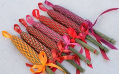 Picture only lavender wands. I Ike the loop. Lavender Wands, Lavender Crafts, Lavender Garden, Lavender Flowers, Dried Flowers, Sea Crafts, Nature Crafts, Rustic Crafts, Flower Crafts