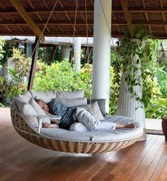 Hanging Beds Adding Summer Decorating Thrill to Backyard Designs Oh yes. Hanging beds add playful designs summer fun and enhance your beautiful backyard landscaping or garden design with a wonderful daybed to relax Outdoor Porch Bed, Outdoor Spaces, Outdoor Living, Patio Swing, Patio Bed, Porch Swings, Hammock Swing, Outdoor Daybed, Diy Porch
