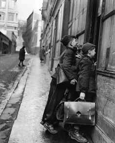 ♥ Pinterest : Mutine Lolita ♥ les écoliers curieux, paris, 1953 photo by robert doisneau                                                                                                                                                                                 Plus