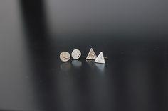 Brincos Mini Lua e Mini Triângulos, Coleção Mística.   Instagram: @_marianasantoro_